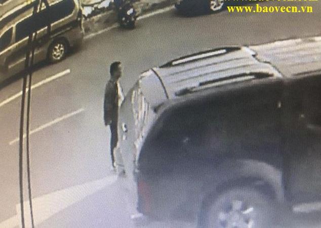 Trộm đập kính xe khách bảo vệ không hay biết