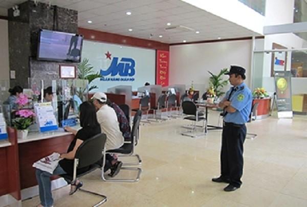 Nhân viên bảo vệ tại ngân hàng góp phần đảm bảo an ninh