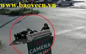 Bảo vệ chịu té xe để tránh người qua đường