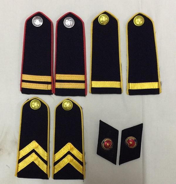 Dựa vào cầu vai áo để phân biệt cấp bậc của nhân viên bảo vệ