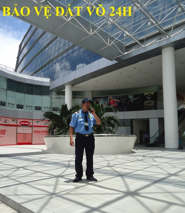 Nhân viên bảo vệ thực hiện nhiệm vụ tại một tòa nhà