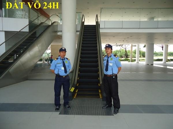 Nhân viên bảo vệ thực hiện nhiệm vụ tại khách sạn 5 sao